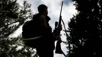 Die Jagdsaison im Wallis ist eröffnet: Rund 2400 Walliserinnen und Walliser haben ein Jagdpatent gelöst und dürfen ihr Gewehr schultern.