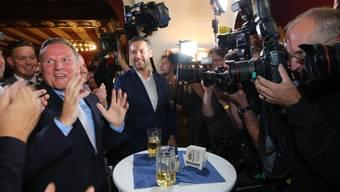 Georg Pazderski (l.), Chef der Alternative für Deutschland in Berlin, feiert mit Parteifreunden den Einstand seiner Partei in der Hauptstadt.