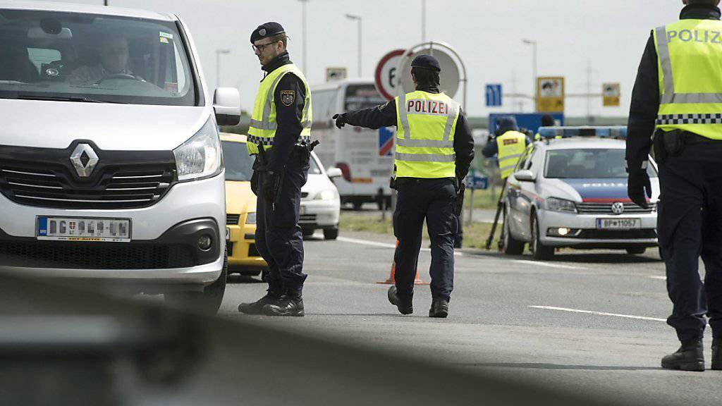 Österreichische Polizisten an der Grenze zu Ungarn: Geht es nach dem österreichischen Innenminister wird es diese Bild noch «für viele Monate» geben. (Archivbild)