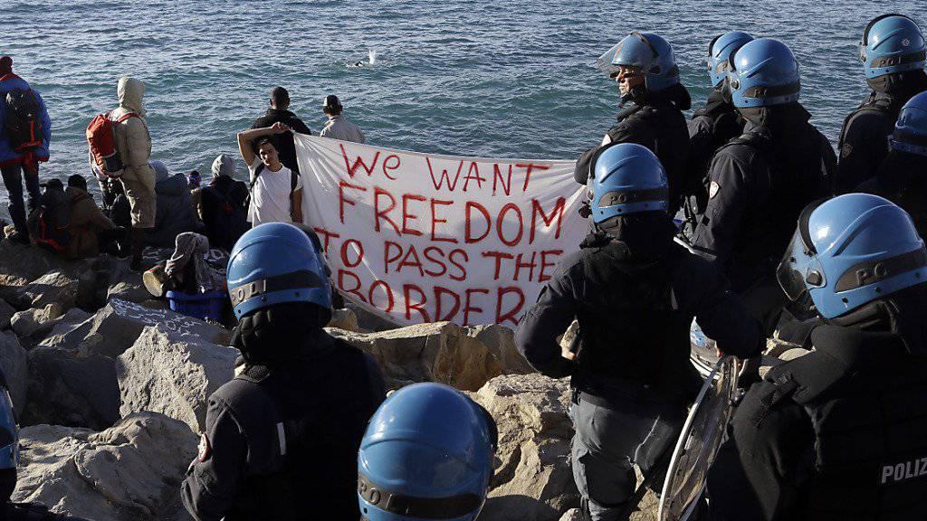 Aktivisten und Flüchtlinge wehren sich gegen die Räumung des Camps auf den Felsen bei Ventimiglia.