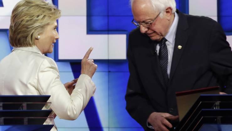 In einer Fernsehdebatte zur Vorwahl im US-Bundesstaat New York sind die demokratischen Bewerber Hillary Clinton und Bernie Sanders heftig aneinander geraten. Die Diskussion wurde auch immer wieder persönlich.