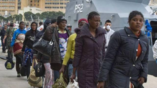 Migranten verlassen nach ihrer Ankunft in Malta das Schiff (Archiv)