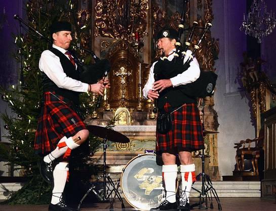 Das Dudelsack-Duo  «Swiss Midland Pipe Band» trat mit Schottenrock, kniehohen weissen Socken und klassischen Mützen auf.