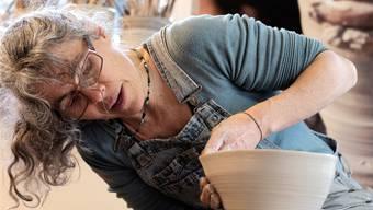 «Das Arbeiten an der Drehscheibe ist für mich die zentrale, leidenschaftliche Arbeit im ganzen Werdeprozess der Keramik. Das repetitive Drehen hat etwas Meditatives für mich.»Fotos: Kenneth Nars