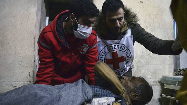 IKRK-Mitarbeiter bergen einen Verletzten in der kriegsgebeutelten syrischen Stadt Aleppo.