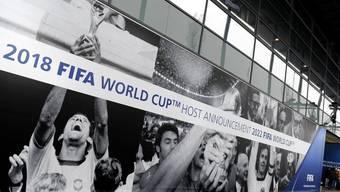 Plakate kündigen in Zürich die Vergabe der Fussball-WM 2018 und 2022 an. (Archiv)