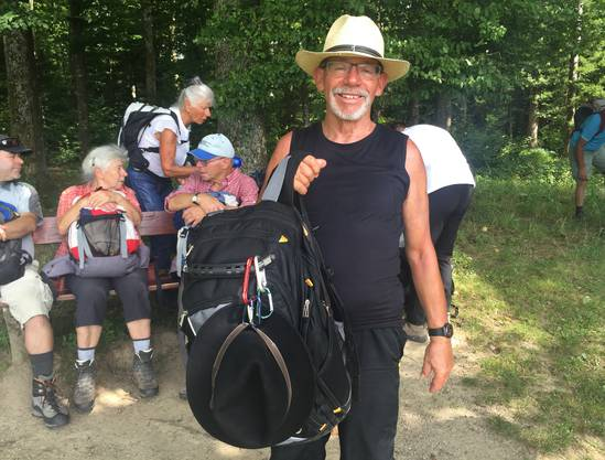 Hans-Jörg ist auf jeder Leserwanderung mit dabei– egal, bei welchem Wetter. Er weiss sich zu helfen: Wenn die Wetterprognose unsicher ist, nimmt er zweierlei Hüte mit. Seine Begründung leuchtet ein: «Ich halte doch nicht stundenlang einen Regenschirm in der Hand!» Denn dann könnte er ja nicht mehr fotografieren.
