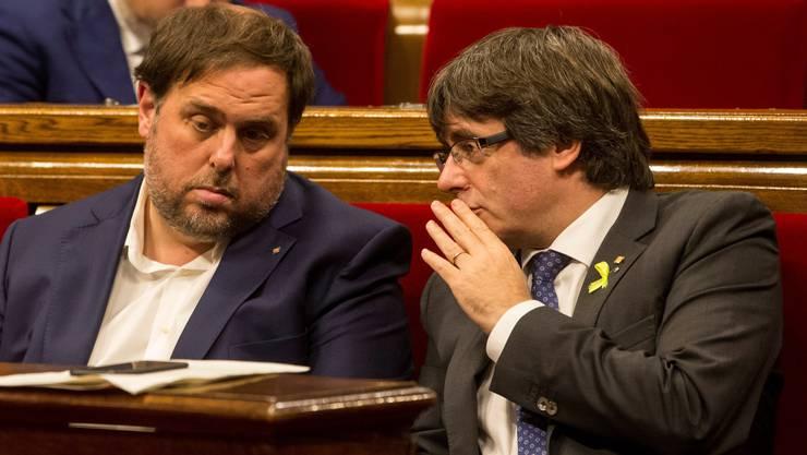 Oriol Junqueras (links) sitzt seit über einem Jahr in U-Haft. Carles Puigdemont, Ex-Ministerpräsident Kataloniens, hält sich noch immer in Belgien auf.