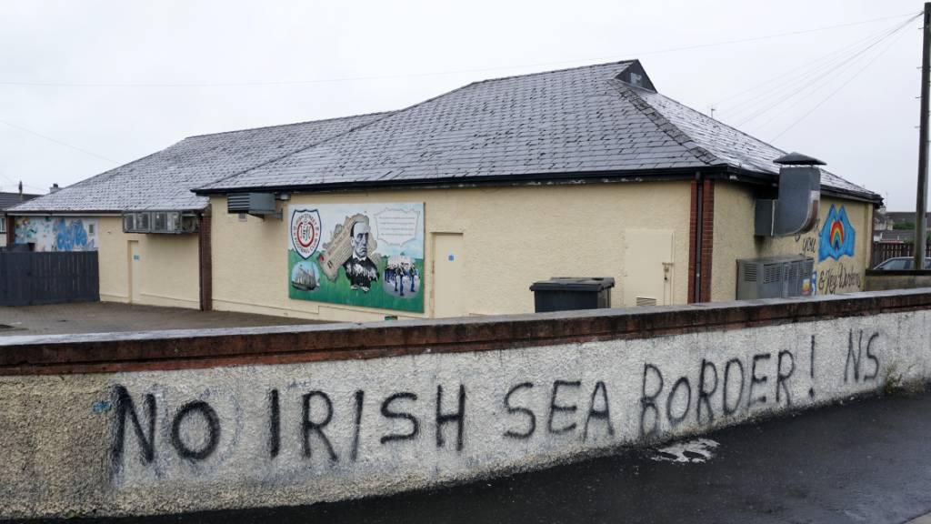 ARCHIV - An einer Mauer steht «No Irish Sea Border» («Keine Grenze in der Irischen See»). Foto: Larissa Schwedes/dpa