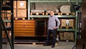 Konservator Peter Brack im Sammlungsdepot in Egliswil – morgen Sonntag werden dort alte Möbel aus Aargauer Produktion gezeigt.