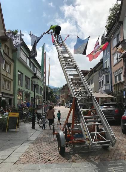 Beim Aufhängen mussten auch die Stadtarbeiter anpacken. (Bild: FM1Today/ Noémie Bont)