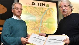 Rolf Sommer (rechts) übergibt Stadtschreiber Markus Dietler die beiden Referenden.