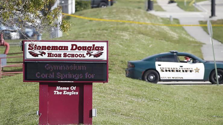 An der Stoneman Douglas High School in Parkland im US-Bundesstaat Florida erschoss Mitte Februar ein 19-jähriger Ex-Schüler 17 Menschen. (Archivbild)