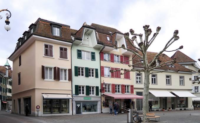 Versteckte Stadtgeschichte am Friedhofplatz in Solothurn: Im Haus mit der grünen Fassade konnte der Bauforscher die Existenz der spätrömischen Castrumsmauer bis um 1643 nachweisen. Links befand sich einst das römische Nordtor, bei dem Gebäude rechts handelt es sich um die ehemalige Stefanskapelle.