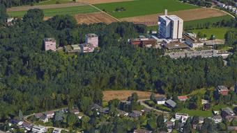 Der Acker Pfaffenrain (Bildmitte) ist heute eine Sportzone, faktisch aber eine Grünfläche. Nach dem Willen des Gemeinderats wird dort bald gewohnt.