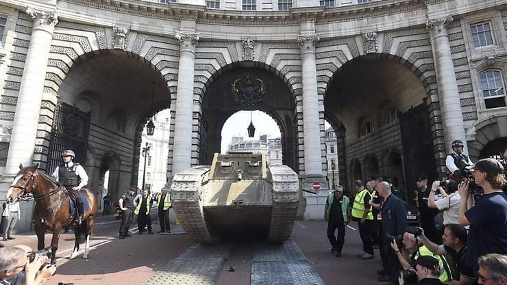 """Das britische Panzer-Museum """"Tank Museum"""" hat zum 100. Jahrestag ein Replikat des Panzers vom Typ  """"Mark IV"""" auf dem Trafalgar Square in London ausgestellt."""
