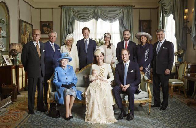Das offizielle Familienporträt der britischen Königsfamilie nach der Taufe von George: Die Queen mit ihren drei Thronfolgern.