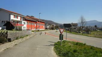 Die Kreuzung am westlichen Dorfeingang von Laupersdorf, wo die Schülerinnen und Schüler die Thalstrasse queren müssen, um auf den südlich der Thalstrasse gelegenen Radstreifen zu gelangen.