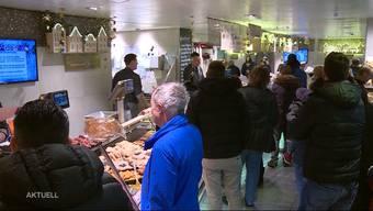 Das Fondue Chinoise gehört zu Weihnachten wie das Feuerwerk zum 1. August. Damit alle zu ihrem Fleischgenuss kommen, arbeiten Metzgerinnen und Metzger auf Hochtouren. Auch bei der Metzgerei Sandmeier in Kölliken war am Dienstag viel los.
