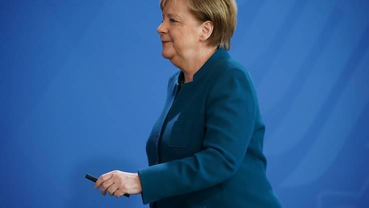 Angela Merkel arbeitet weiterhin aus der häuslichen Quarantäne und wird sich Anfang der kommenden Woche erneut testen lassen. (Archivbild)