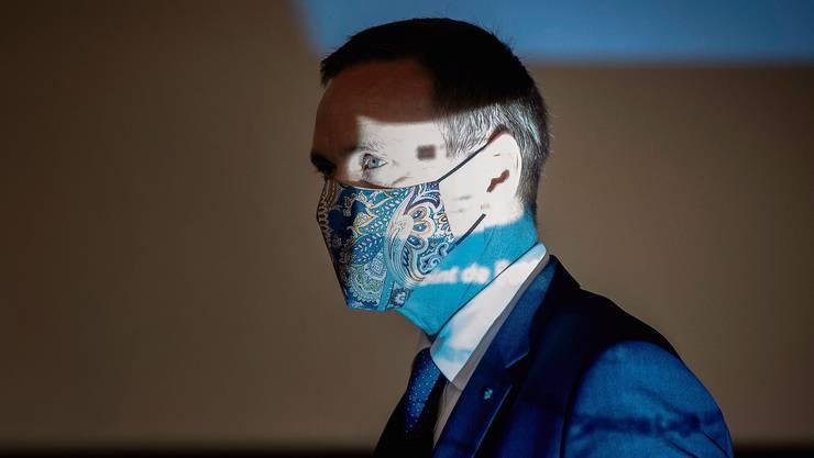 Der Aargauer Gesundheitsdirektor Jean-Pierre Gallati (SVP) mit Maske auf dem Weg zu einer Medienkonferenz, wo die verschärften kantonalen Massnahmen gegen das Coronavirus bekannt gegeben wurden.