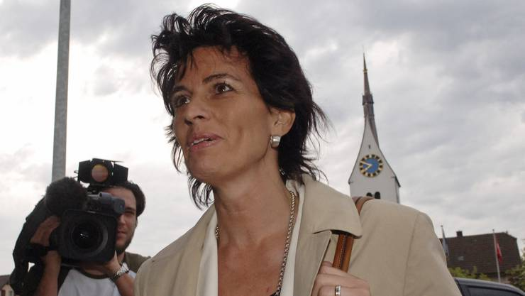 Und wieder die Kirche von Merenschwand im Hintergrund. Doris Leuthard am 12. Mai 2006 auf dem Weg zur Parteiversammlung der CVP Aargau, wo sie als Bundesratskandidatin nominiert werden wird.