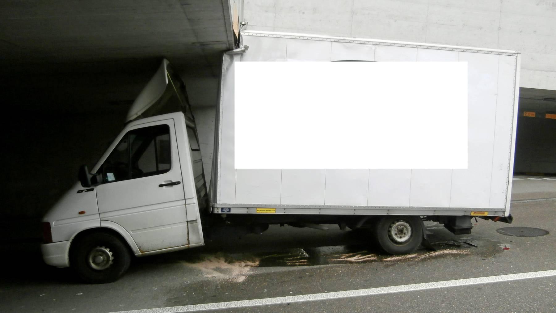 Fatale Fehleinschätzung: Dieser Lieferwagen krachte gegen die Unterführung. Bild: Kapo TG