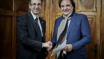 Christian Constantin (rechts) hat sich bei einem Treffen mit dem Walliser Staatsrat Frédéric Favre (links) bereit erklärt, die Markenrechte an der Olympia-Kandidatur Sion 2026 abzutreten.