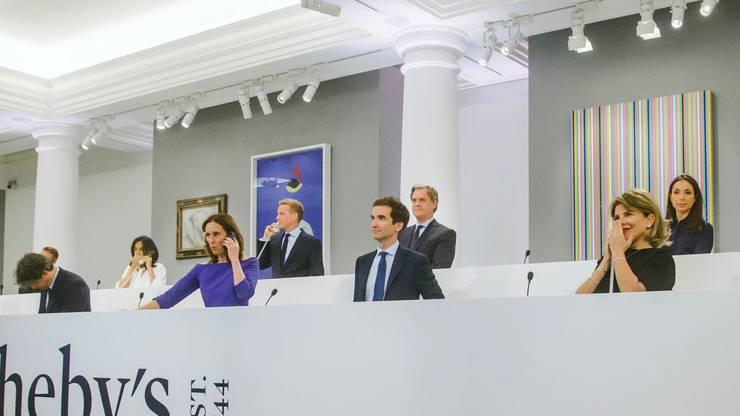 Führende Angestellte von Sotheby's betreuen die Telefonbieter. Vorne rechts: Caroline Lang, Chefin von Sotheby's Schweiz.