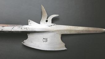 Die Solothurner Hellebarde mit breitem Beil (Barte), kurzem Rückendorn (oder Haken) und spitz gearbeiteter Klinge. Gut erkennbar der Solothurner Prägestempel.
