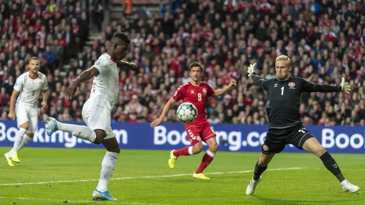 Der Hauptgrund für die Niederlage in Dänemark: Torhüter Kasper Schmeichel, hier gegen Breel Embolo. Bild: Keystone