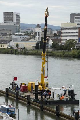 Eine Plattform mit einem Kran, ist bereit für die Bergung des Kies-Lastschiffes Merlin.