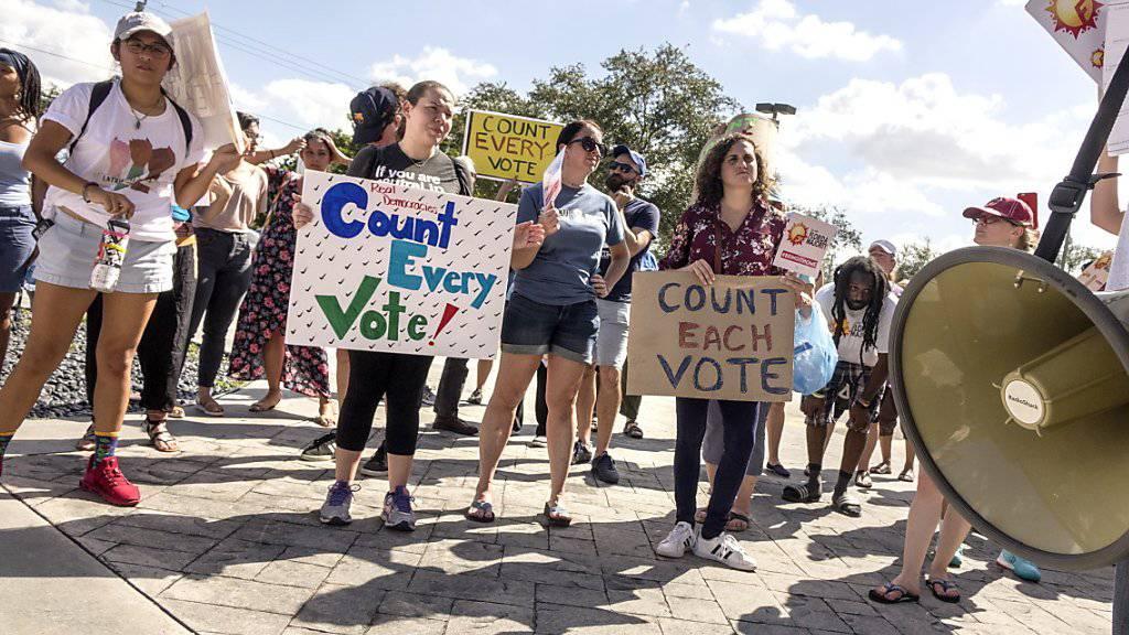 Demonstranten fordern in Miami eine Neuauszählung der Stimmen.