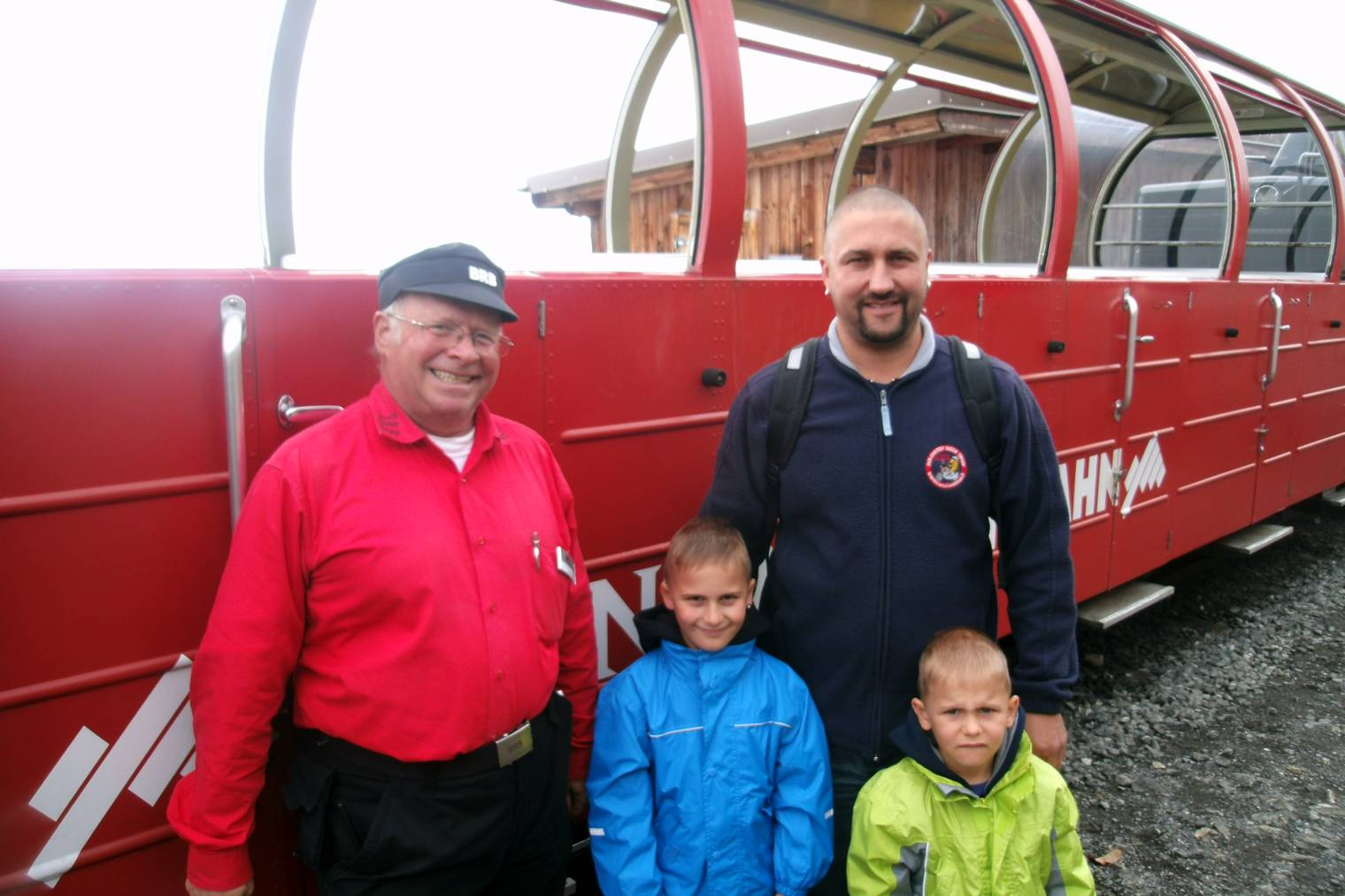 Zugbegleiter BRB Martin Biber mit Ausflugsgästen auf dem Brienzer Rothorn.