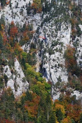 Dieses Foto zeigt den Heli nahe am Felsen. Jetzt wird die Person geborgen.