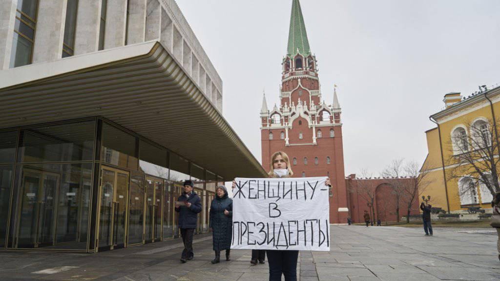 «Eine Frau als Präsidentin» fordert diese Frau mit ihrem Plakat in Moskau.