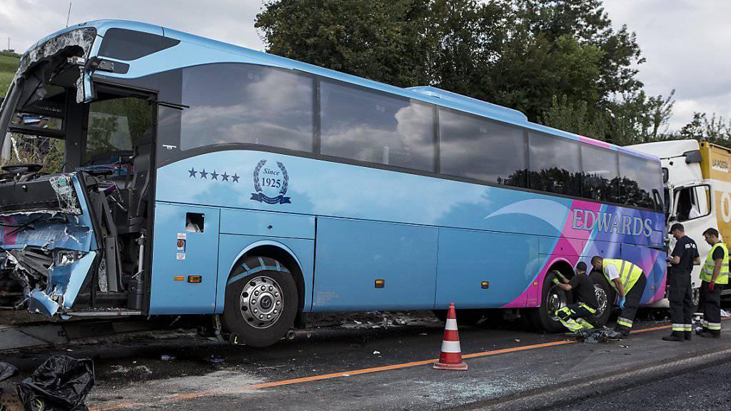Der stark beschädigte Reisebus nach der Auffahrkollision mit mehreren Lastwagen. Insgesamt wurden bei dem Unfall auf der Autobahn A2 zwischen Sempach und Sursee 41 Menschen verletzt.