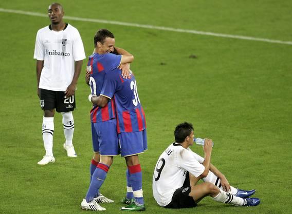 Reto Zanni jubelt mit Carlitos über den Sieg gegen Vitoria Guimarães.