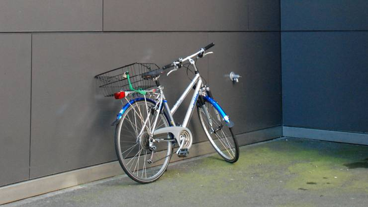 Will man nur kurz etwas einkaufen, verzichten viele auf die Suche nach einem Veloabstellplatz. Hauswände und Einfahrten werden dann oftmals als Parkiermöglichkeit genutzt. Dies behindert den Verkehr und schadet dem Stadtbild.