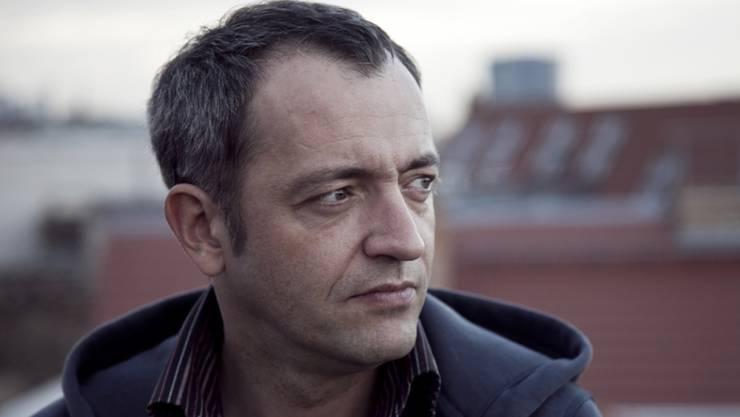 """Für seine Theaterserie """"Das Anadigiding"""" wäre Kabarettist Rainald Grebe gerne in der Weltgeschichte herumgereist (Pressefoto)."""