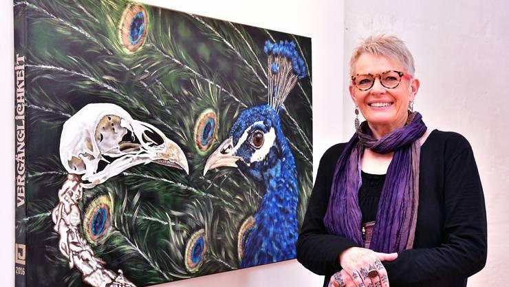 Jeanette Lerch vor ihrem Werk «Vergänglichkeit».