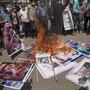 Palästinenser verbrennen Bilder verschiedener Staatsoberhäupter, die planen eine .Vereinbarung zur Aufnahme diplomatischer Beziehungen der Vereinigten Arabischen Emirate (VAE) und Bahrain mit Israel zu unterzeichnen. Foto: Khalil Hamra/AP/dpa