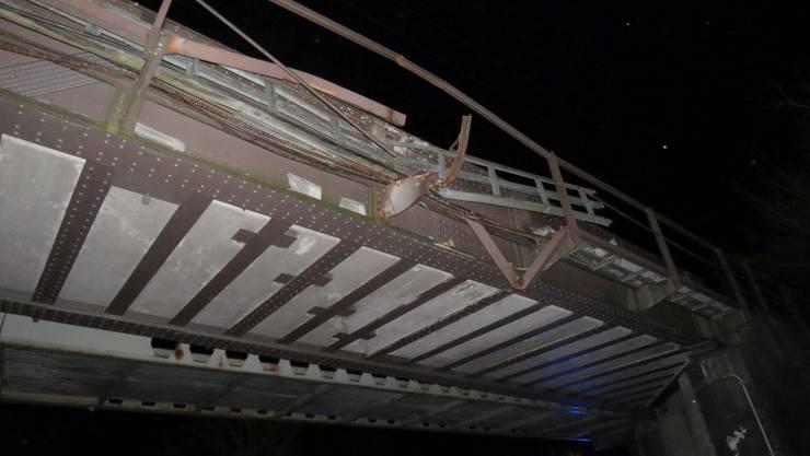 Mit versehentlich aufgerichteter Mulde unterquerte ein Lastwagen gestern eine Eisenbahnbrücke.