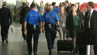Kantonspolizisten unterwegs am Flughafen Zürich. wal