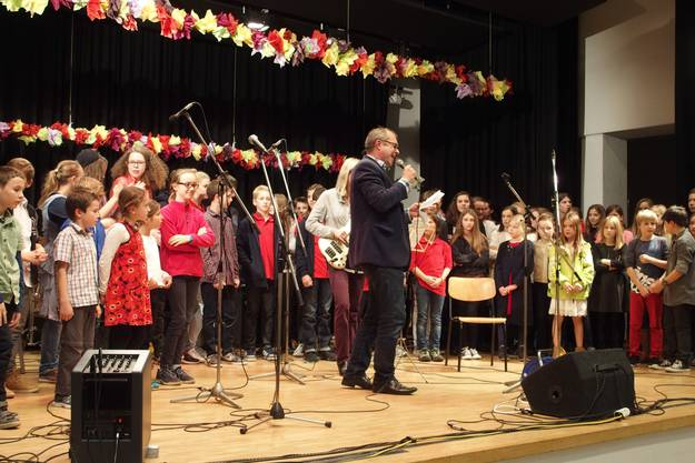 """Die Musikschüler vereinten sich zum gemeinsam mit dem Publikum gesungenen Schlusslied """"Let the sunshine"""""""