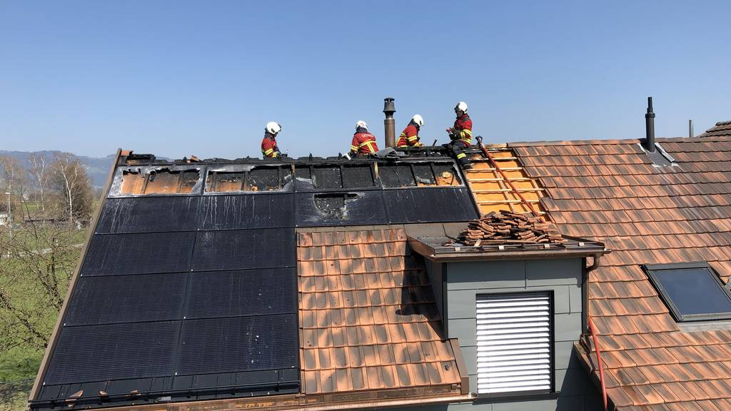 Hausdach in Brand geraten