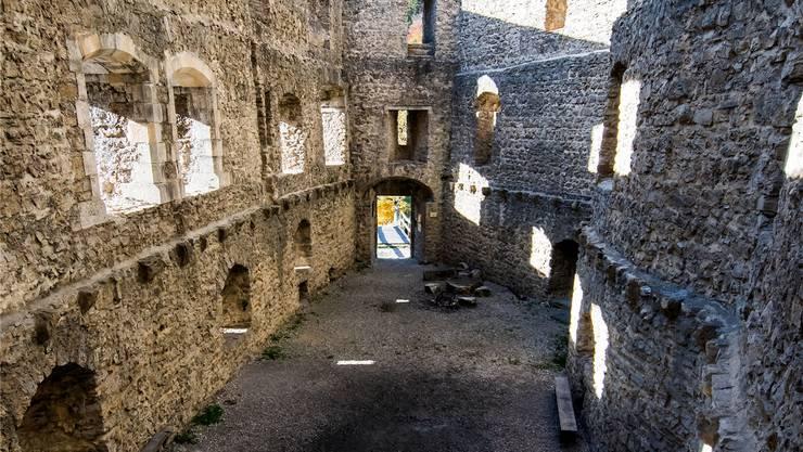 Einer der Morde ereignet sich in der Ruine Gilgenberg.
