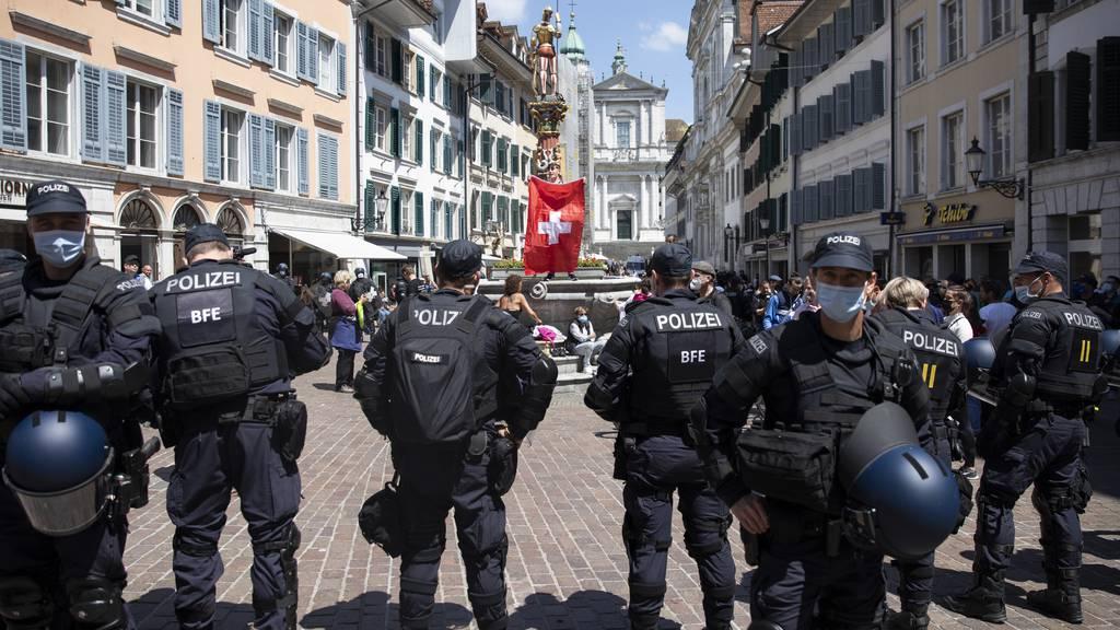 Grossaufgebot der Solothurner Kantonspolizei gegen Corona-Demo