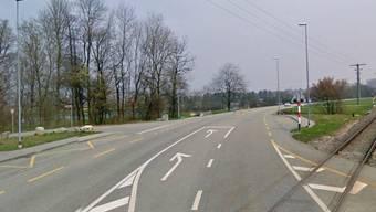 Der Motorradfahrer war auf der Bürenstrasse unterwegs, als ein Autofahrer vom Römerweg (links) aus in die Bürenstrasse einbiegen wollte.