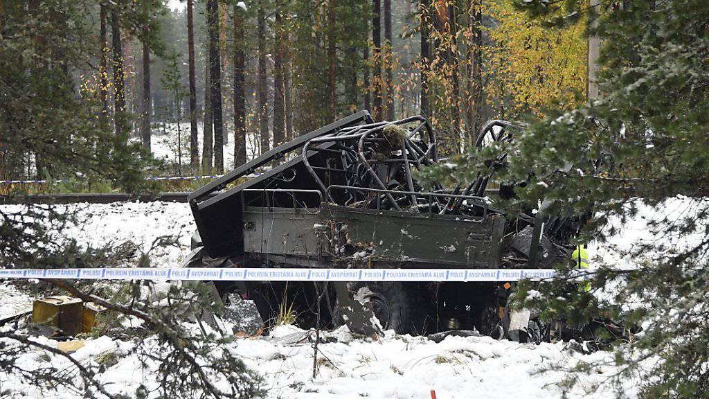 Beim Zusammenstoss mit einem Zug ist in Finnland ein Militärfahrzeug völlig zerstört worden. Vier Menschen starben.